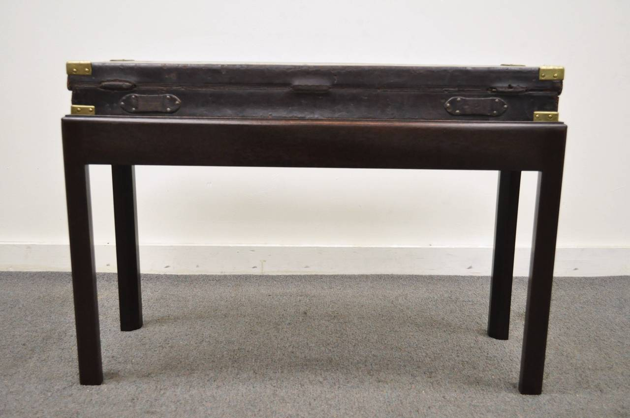 English William Powell & Sons Leather Rifle Case on Custom Stand, circa 1900 For Sale 1