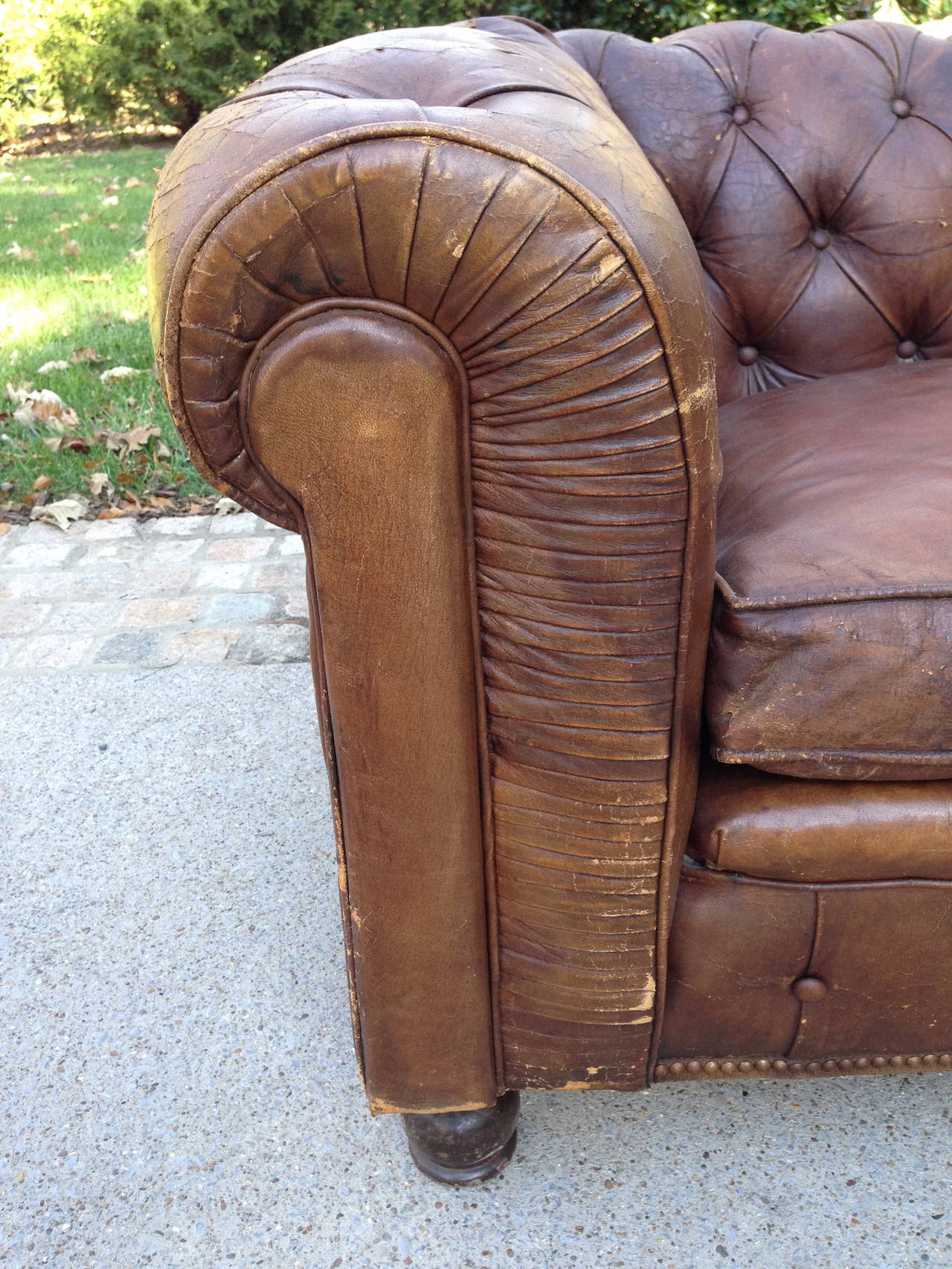 1930s French Leather Chesterfield Sofa For Sale 4