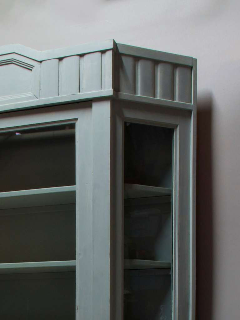 Painted Vitrine with Canted Corners, France, circa 1920s In Excellent Condition For Sale In Isle Sur La Sorgue, Vaucluse