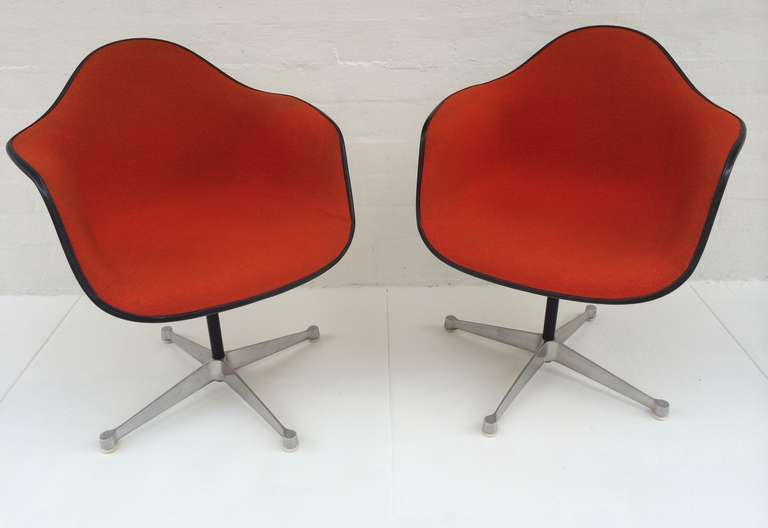 Bon Mid Century Modern Pair Of Eames Upholstered Bucket Swivel Chairs For  Herman Miller For Sale