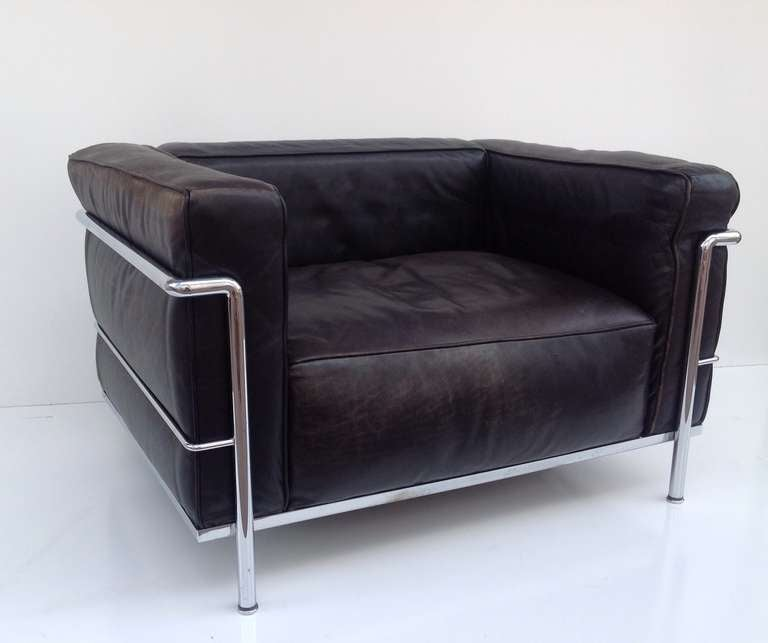 a pair of le corbusier lc3 lounge chairs by cassina at 1stdibs. Black Bedroom Furniture Sets. Home Design Ideas