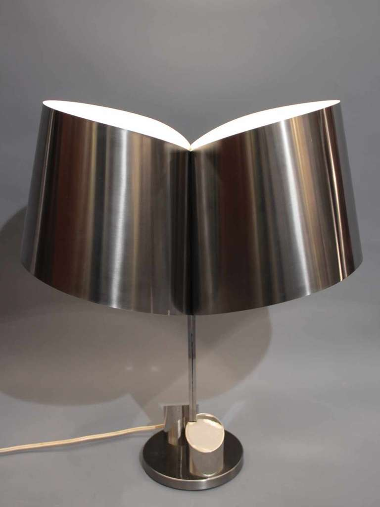 1970's desk lamp in stainless steel an chromed metal. Interior of the lampshade in white lacquer. The base includes a pencil holder.