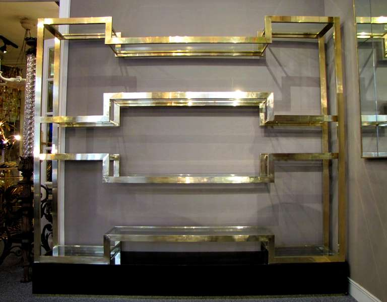 Important Italian 1970's polished brass shelves or bookcase, with glass levels 2