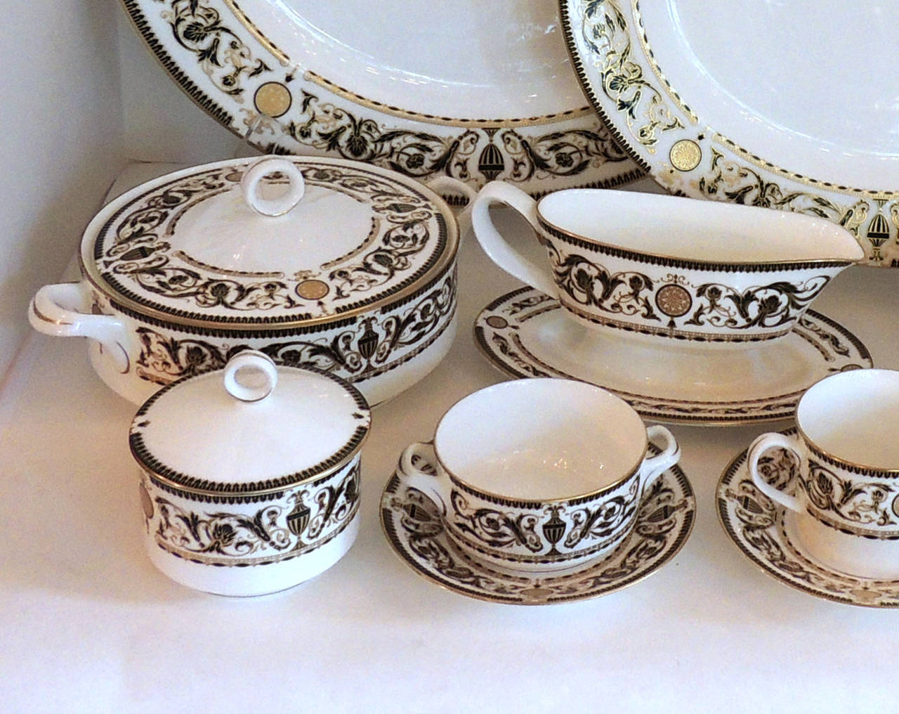 Porcelain Wonderful Royal Worcester Windsor Green and Gold Elegant Dinner Service for 12 For Sale