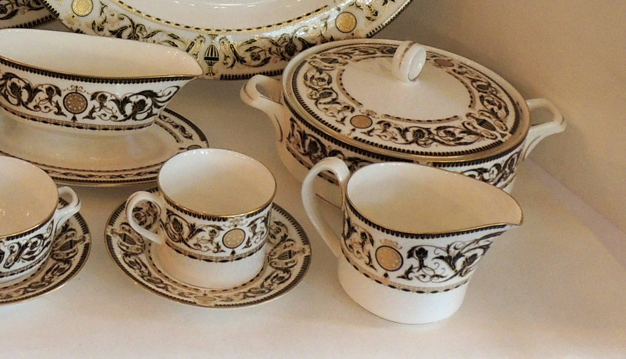 Wonderful Royal Worcester Windsor Green and Gold Elegant Dinner Service for 12 For Sale 1