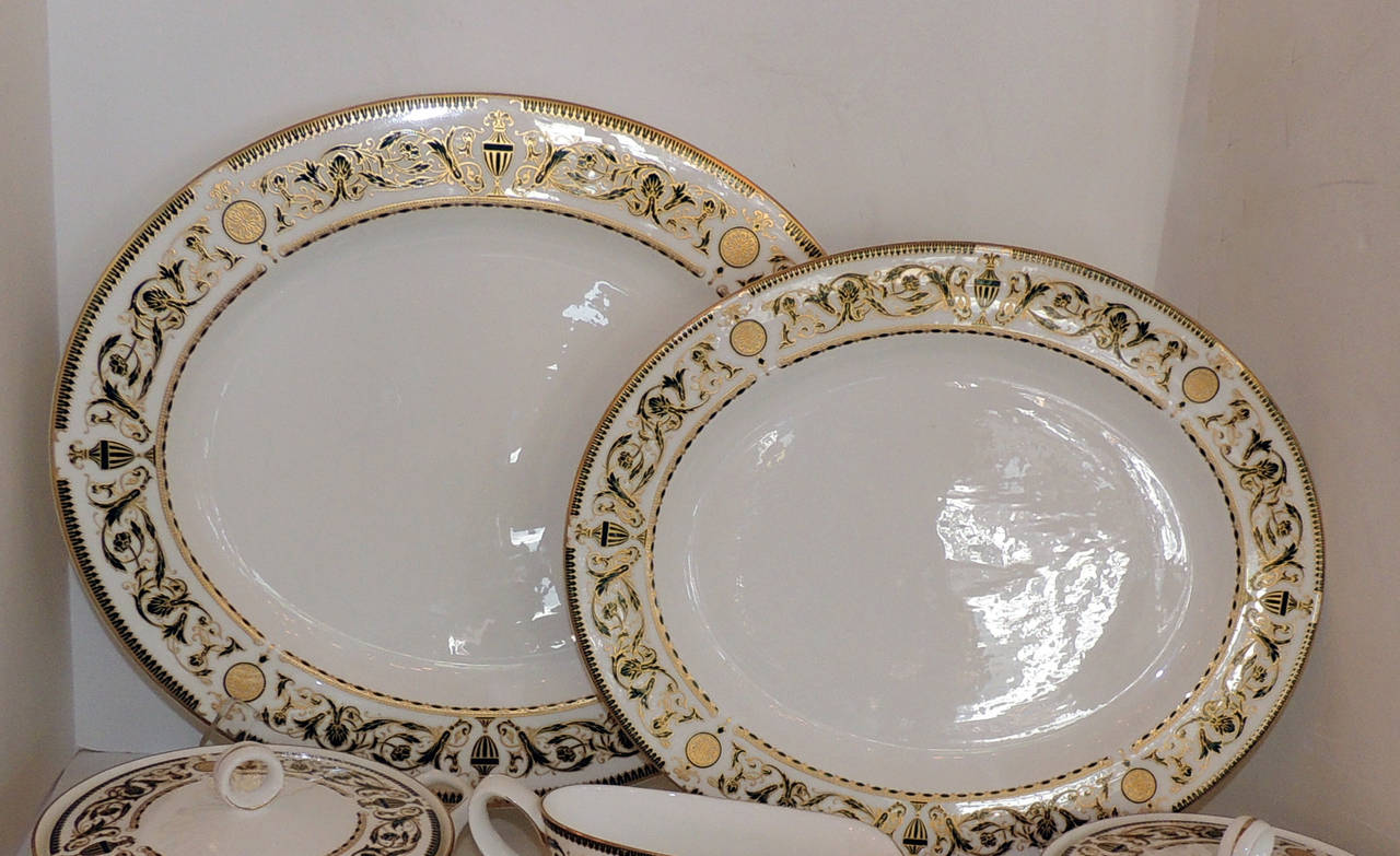 Wonderful Royal Worcester Windsor Green and Gold Elegant Dinner Service for 12 For Sale 2
