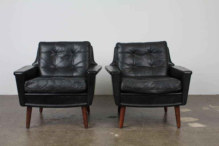 this pair of black leather mid century modern danish lounge chairs is