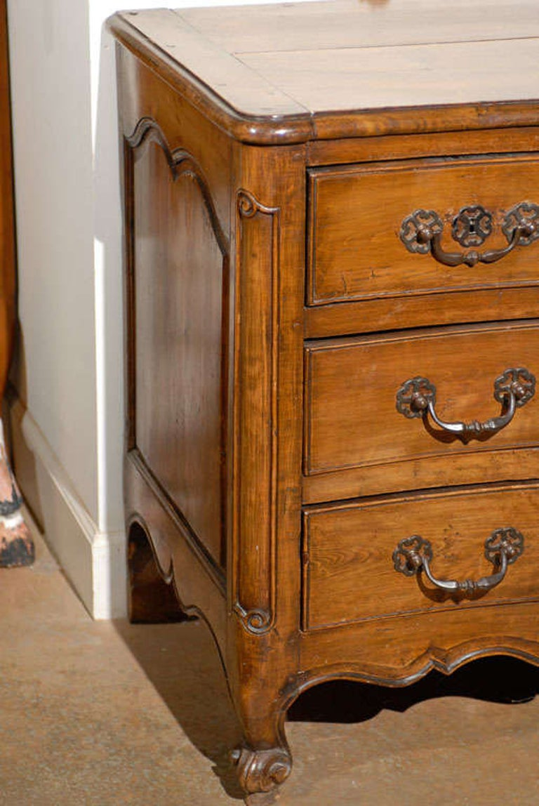 French Louis XV Period 18th Century Walnut Four-Drawer Commode with Star Motif In Good Condition In Atlanta, GA