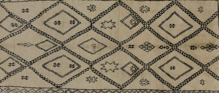 Mid-Century Modern Beni Ourain Moroccan Rug with Tribal Symbols In Excellent Condition For Sale In Dallas, TX