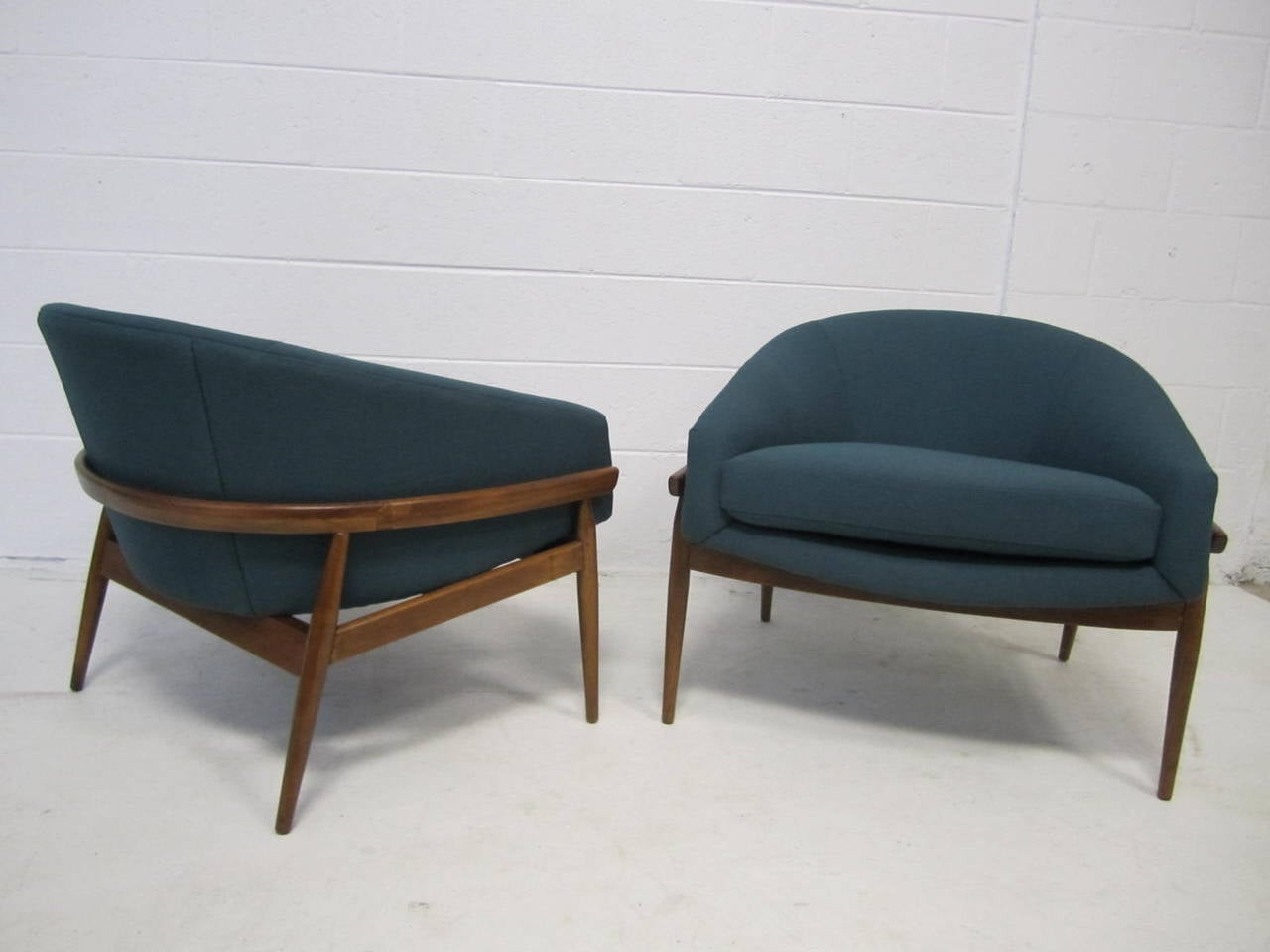 Amazing pair of milo baughman wide barrel back lounge for Mid century modern club chairs