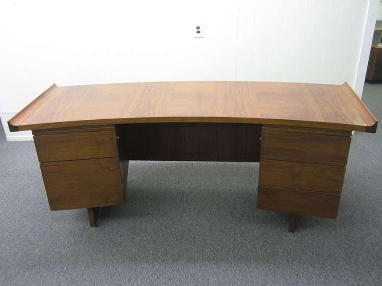 Harvey Probber Curved Top Walnut Desk Mid-century Danish Modern In Good Condition In Medford, NJ