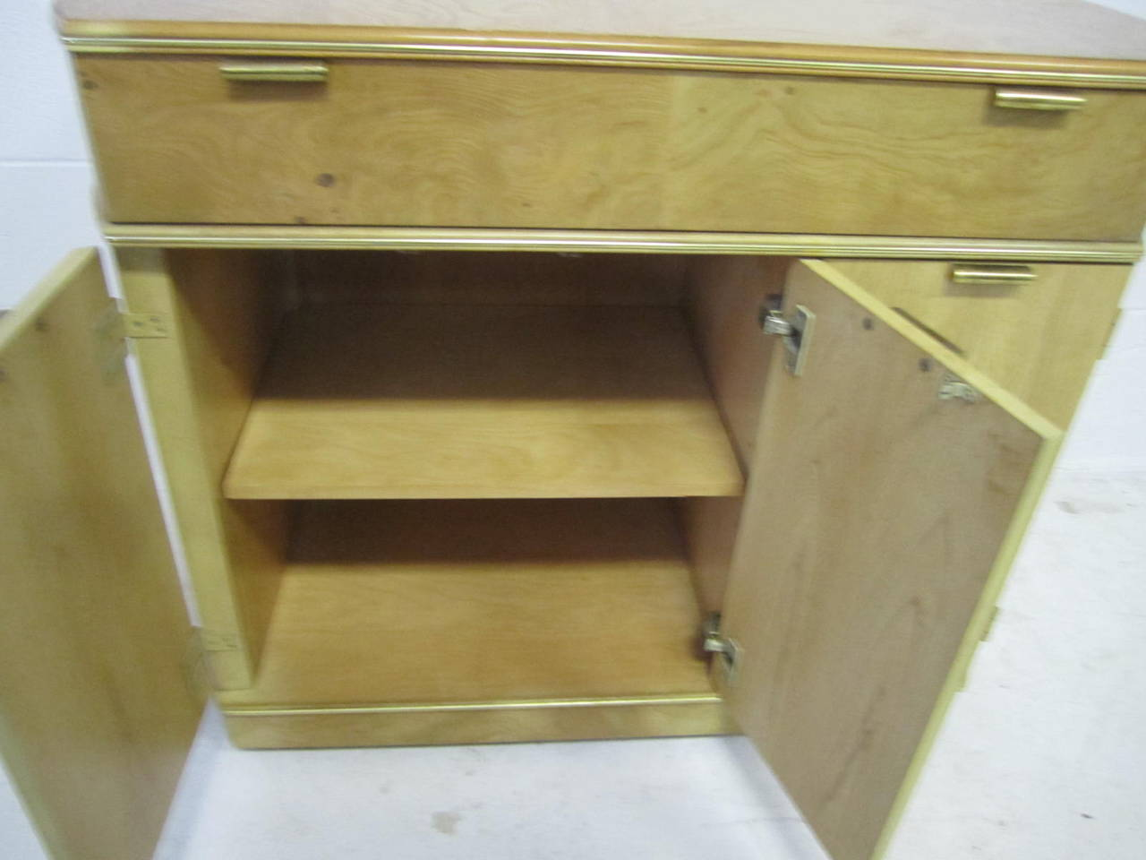 Delightful American of Martinsville Burled Light Wood Bar Cart Mid-Century In Good Condition For Sale In Pemberton, NJ