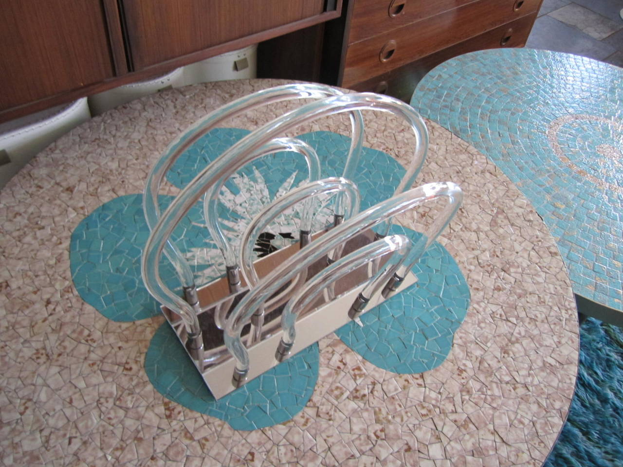 Dorothy Thorpe Lucite, Chrome and Mirror Magazine Rack For Sale 4