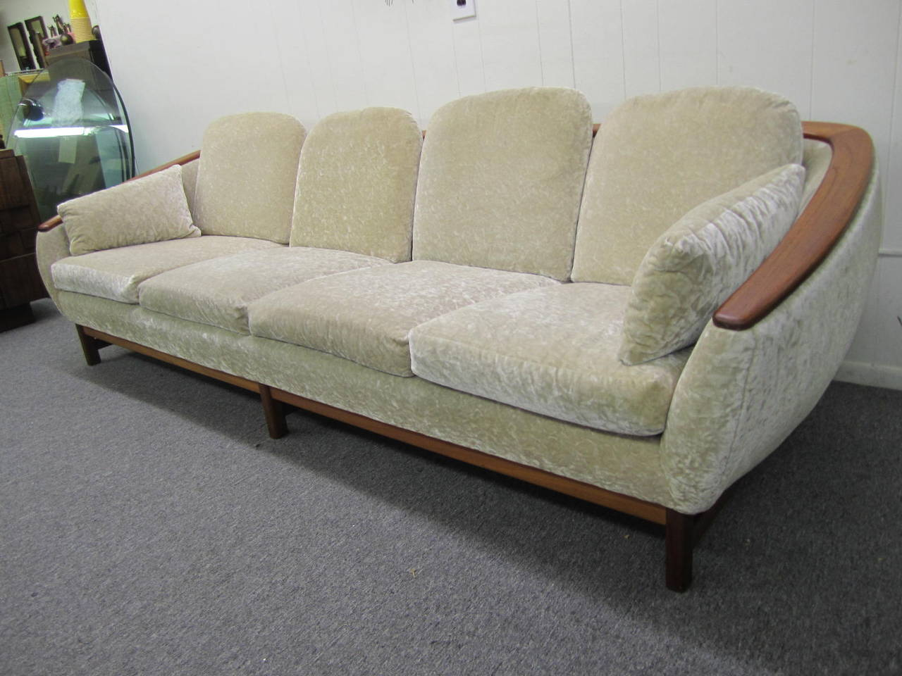 dazzling r huber curved back teak sofa mid century danish modern for sale at 1stdibs. Black Bedroom Furniture Sets. Home Design Ideas