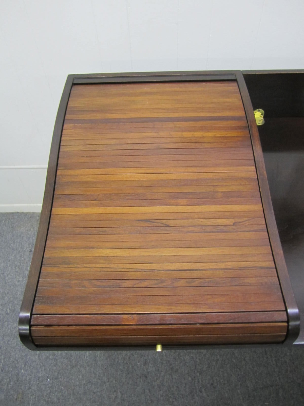 Excellent Rosewood Roll Top Desk by Edward Wormley for Dunbar Mid-Century Modern In Good Condition For Sale In Medford, NJ