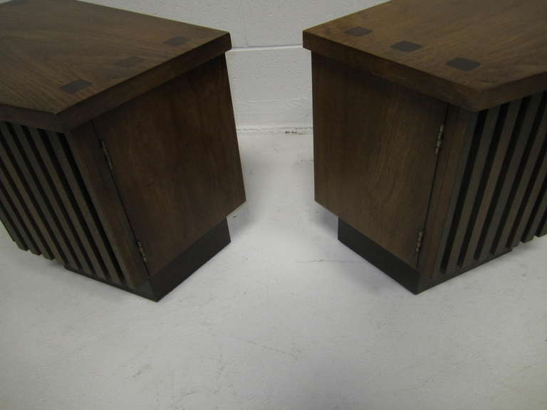 Handsome Pair Of Ribbed Front Plinth Base Lane Night Stands Mid-century Modern For Sale 2