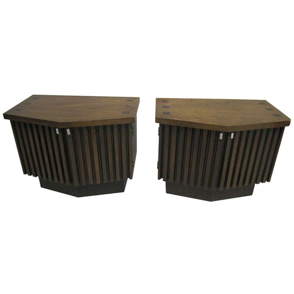 Handsome Pair Of Ribbed Front Plinth Base Lane Night Stands Mid-century Modern