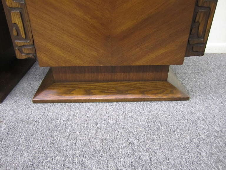 2 Paul Evans Style Sculptural Brutalist Walnut Night Stands Mid-century Modern In Good Condition For Sale In Pemberton, NJ