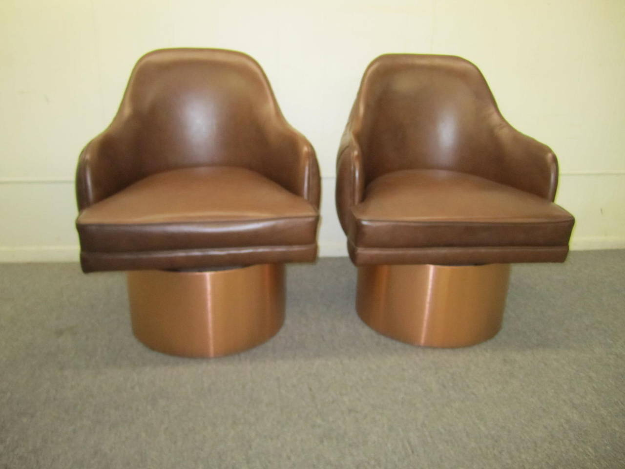 Mid-Century Modern Excellent Set of Four Milo Baughman Style Tufted Back Leather Swivel Chairs For Sale