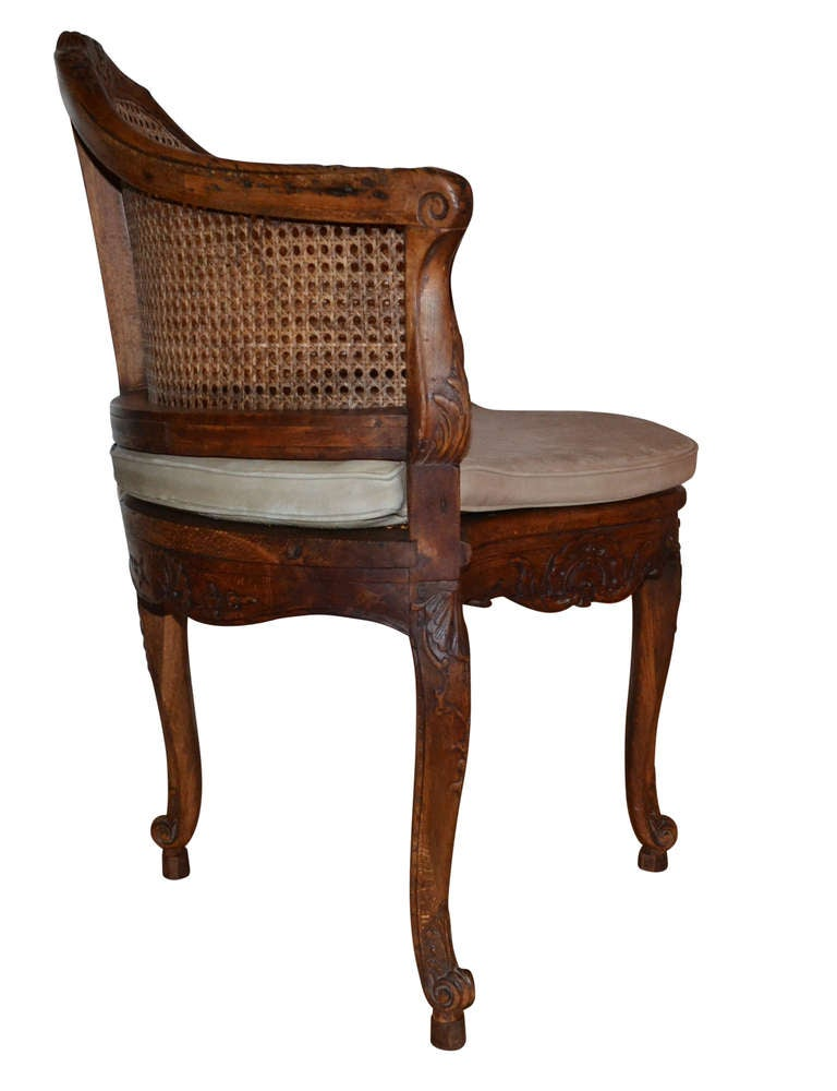 French 18th Century Walnut Corner Cane Chair In Good Condition For Sale In Haddonfield, NJ