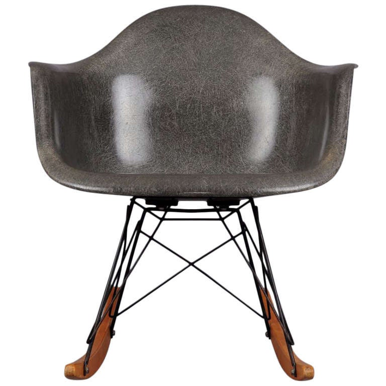 Zenith shell rocking chair rar by charles and ray eames at for Fauteuil eames rocking chair