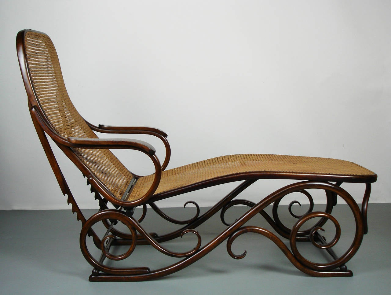 Bent wood chaise longue attributed to thonet at 1stdibs for Art nouveau chaise lounge