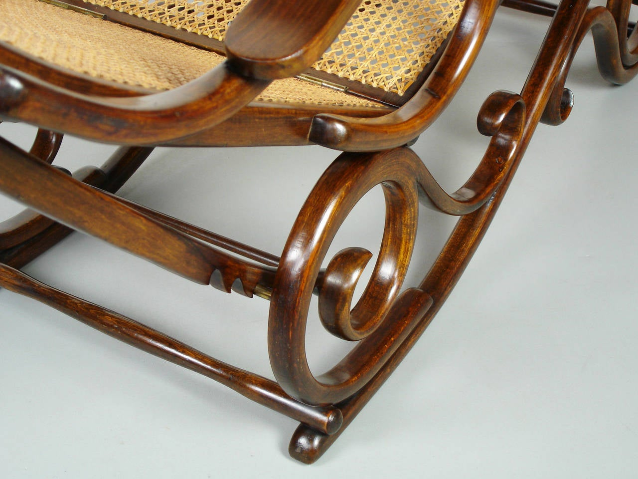 Bent wood chaise longue attributed to thonet at 1stdibs for Chaise wooden