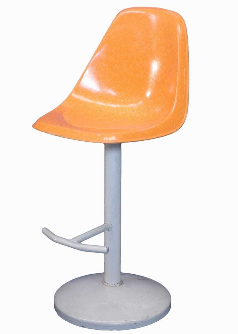 MidCentury Bar Stool And Table Set In A Saarinen Manner For Sale - Bar stools and table set
