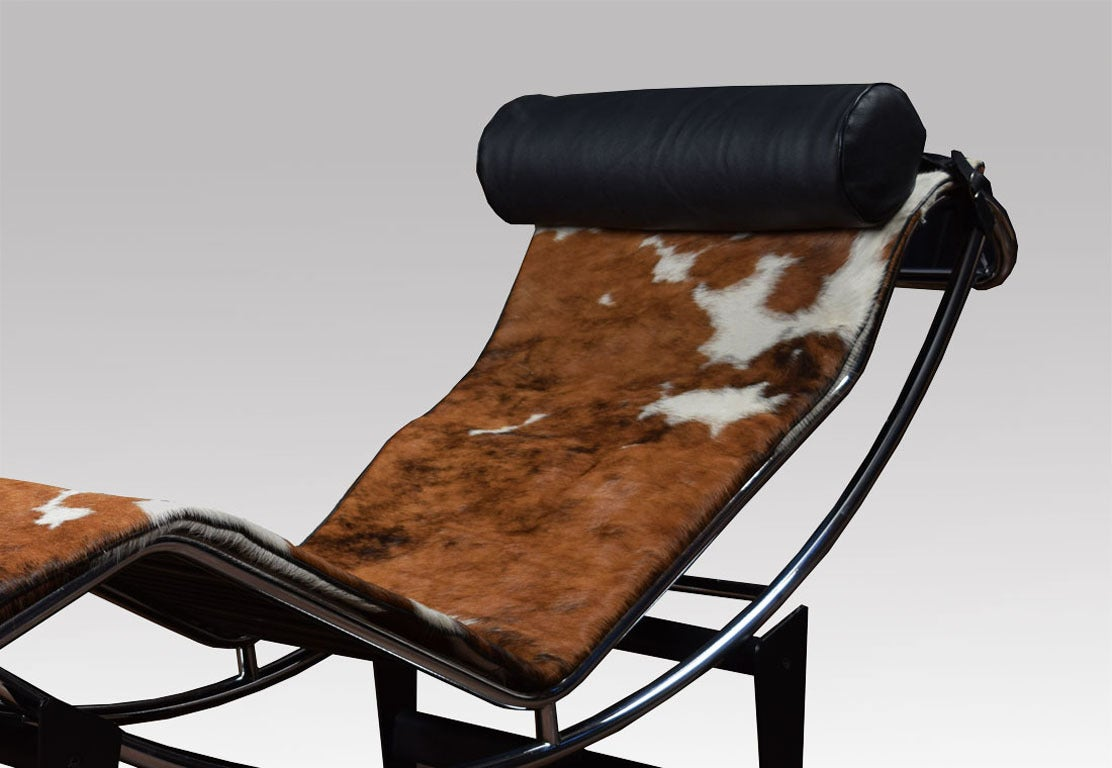Le corbusier lc4 lounge chair in cowhide at 1stdibs for Chaise corbusier