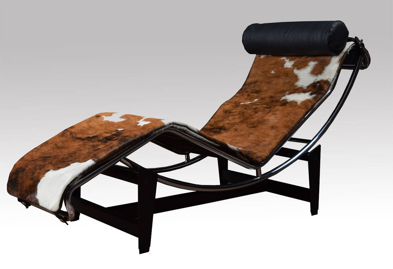 le corbusier lc4 lounge chair in cowhide at 1stdibs. Black Bedroom Furniture Sets. Home Design Ideas
