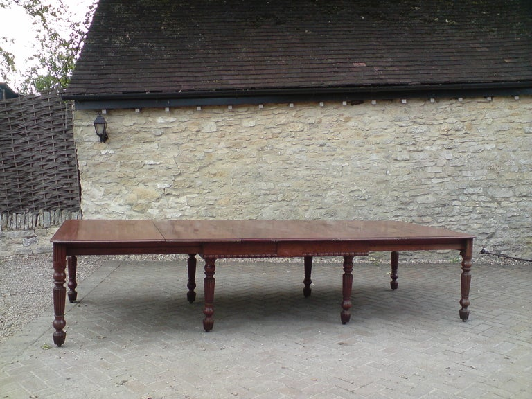 Excellent quality Regency mahogany antique dining table in the manner of Gillow of Lancaster, this table is made of very well figured dense grained mahogany and has a precision made hard wood bearer system, it extends with legs at the corners, the