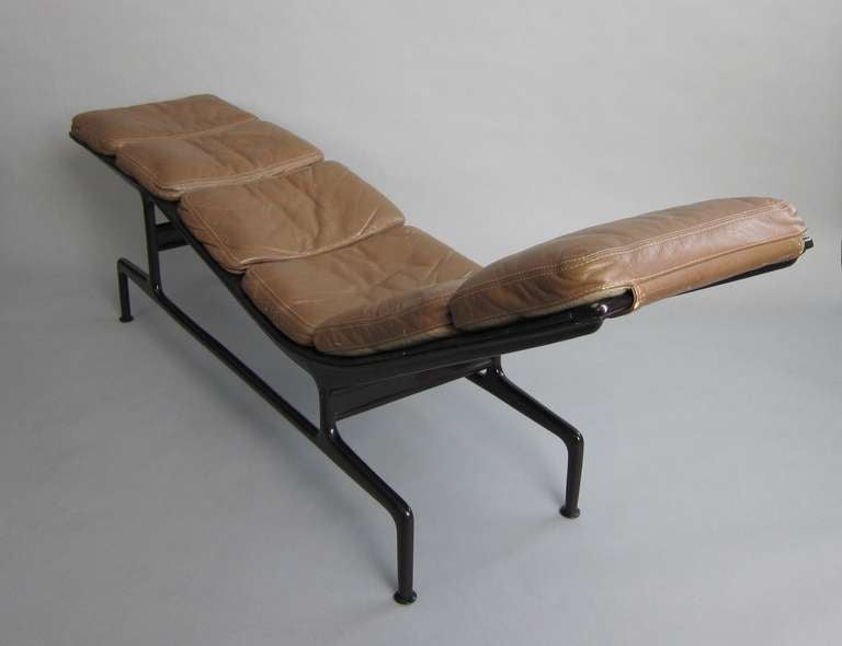 Billy wilder lounge by charles and rays eames manufactured for Chaise longue charles eames