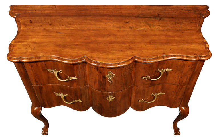 Italian 18th Century Venetian Walnut Commode In Excellent Condition For Sale In West Palm Beach, FL