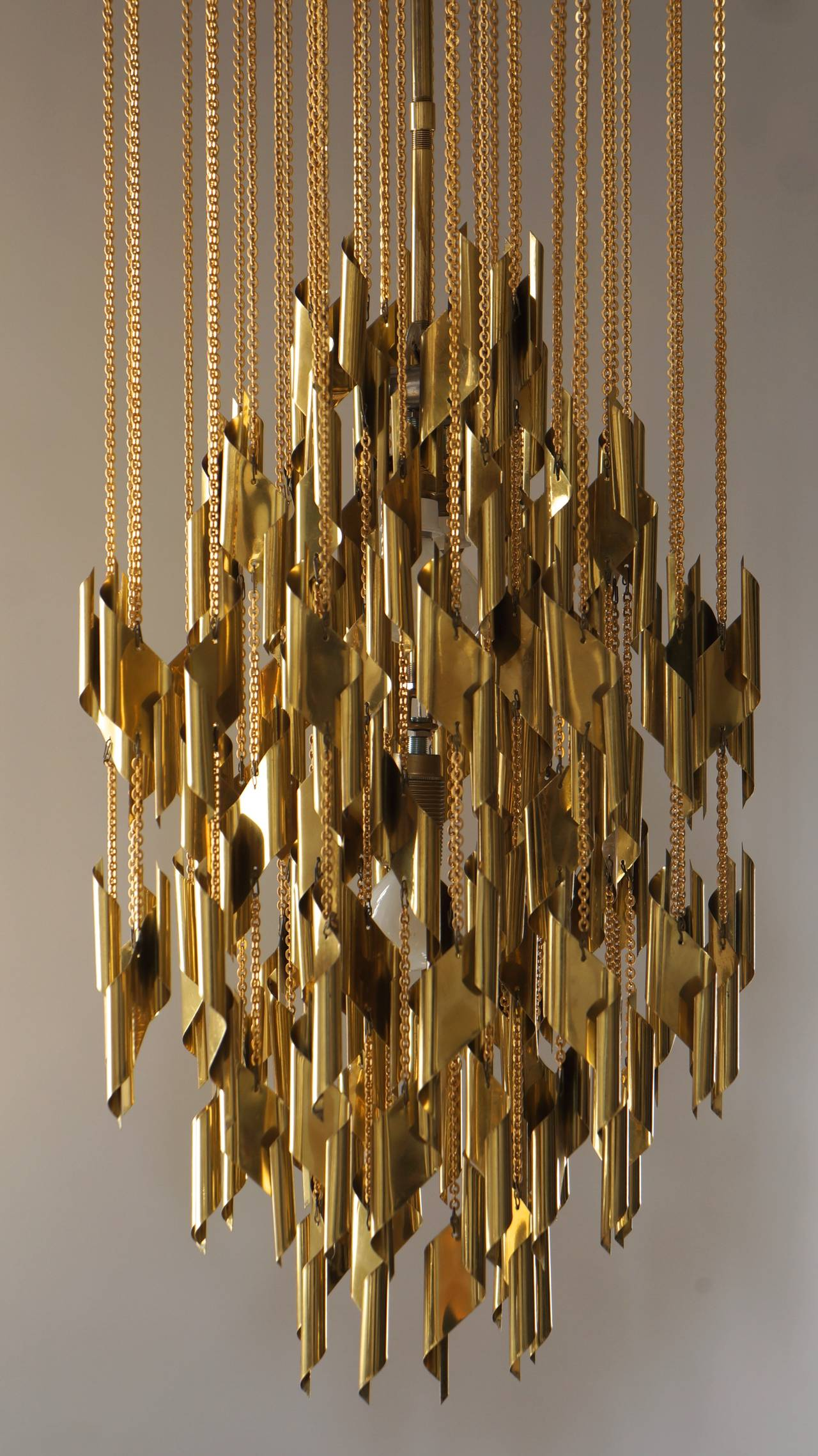 Beautiful chandelier, nice quality, exceptional light effect.