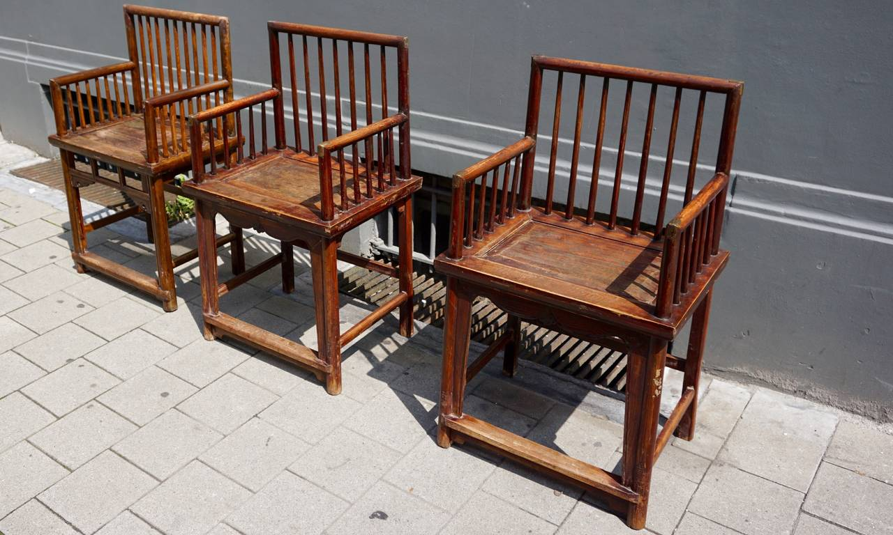 Set of Three Elegant Chinese Early 20th Century Spindle Back Chairs In Good Condition For Sale In Antwerp, BE