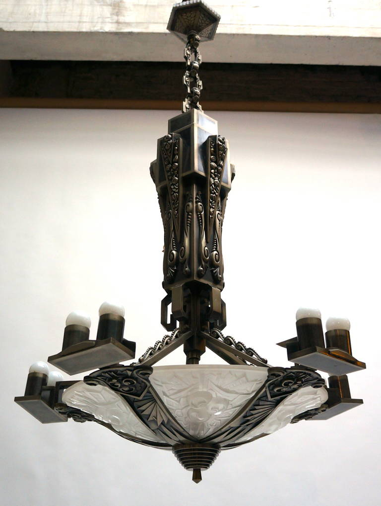 Large silvered bronze Art Deco chandelier. Diameter:78 cm. Height: 130 cm. 15 - E27 bulbs.