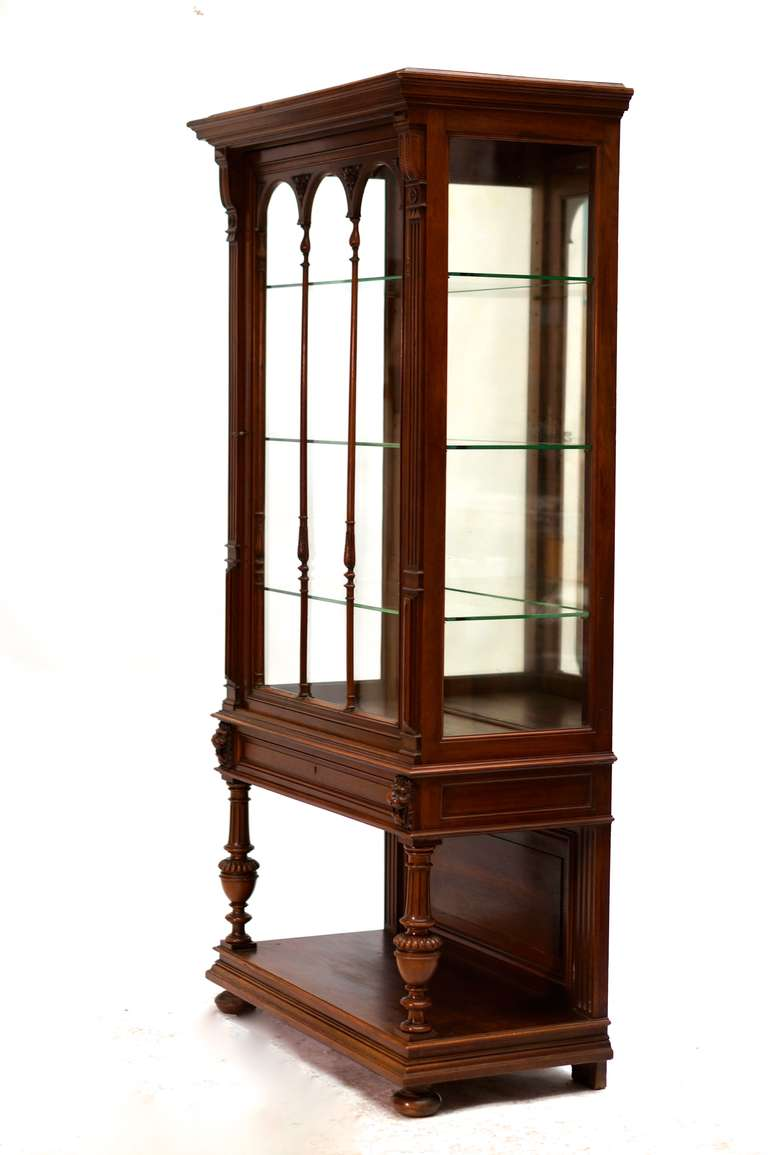 Of architectural built with baluster legs and arches on fine and elegant pilasters, decorated with lion heads and resting on bun feet. With mirrored back. Height:176 cm. Width:89 cm. Depth:45 cm.