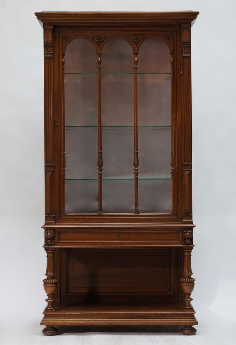 Late 19th Century Walnut Renaissance Revival Showcase or Vitrine In Good Condition For Sale In Antwerp, BE