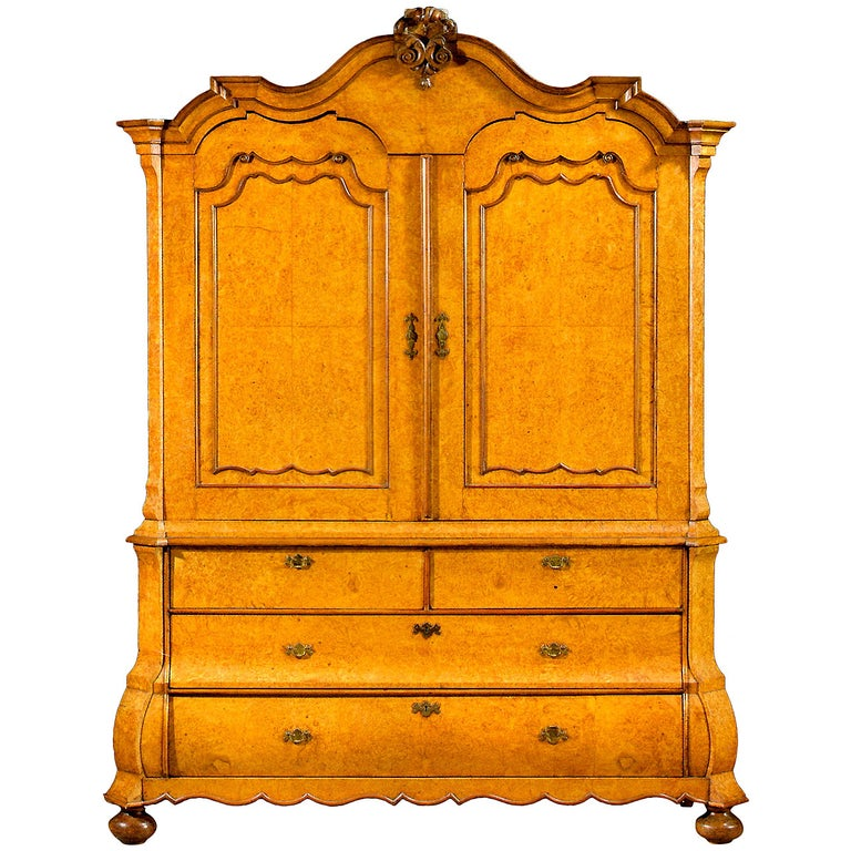 Top Quality and Very Elegant Early 18th Century Amboyna Wood Dutch Cabinet For Sale