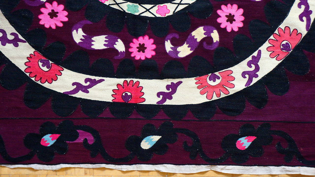 Vintage Central Asian Suzani, Embroidered Wall Hanging In Good Condition For Sale In Antwerp, BE