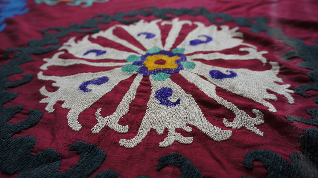 Large Vintage Uzbek Suzani Needlework Textile Blanket or Tapestry In Good Condition For Sale In Antwerp, BE