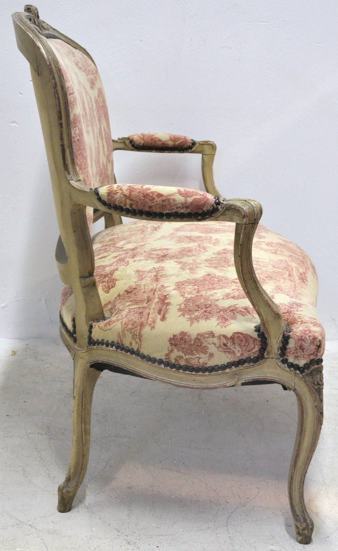 19th Century French Louis XV Carved Painted Two-Seat Settee with Vintage Fabric For Sale 2