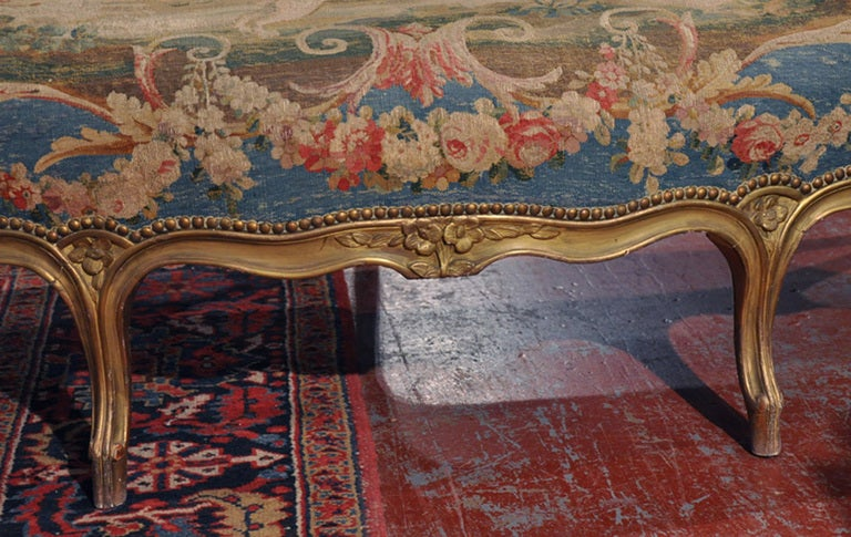 19th Century French Louis XV Carved Gilt Canapé with Aubusson Tapestry In Excellent Condition For Sale In Dallas, TX