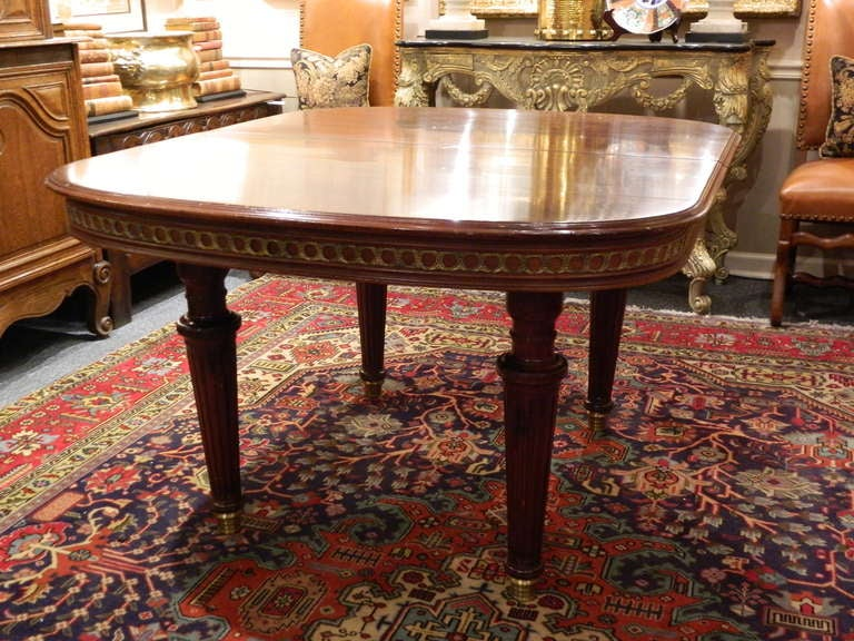 Louis XVI Style Mahogany Dining Table with Ormolu Banding, Early 20th Century In Excellent Condition For Sale In Savannah, GA