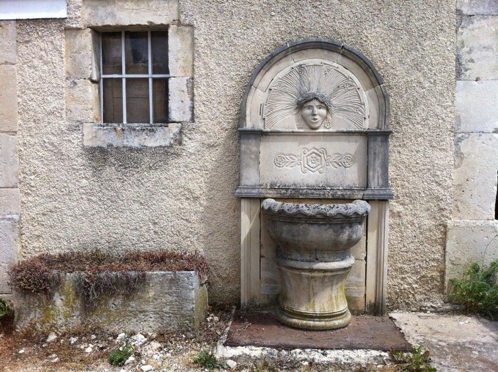 Wall fountain in limestone dite