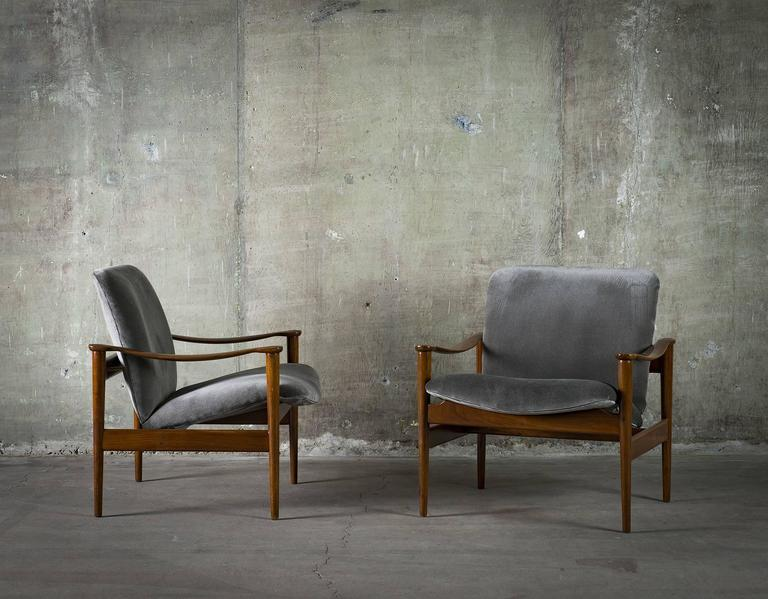 Mid-Century Modern Fredrik Kayser Pair of Easy Chairs in Mahogany and Suede, 1950s For Sale