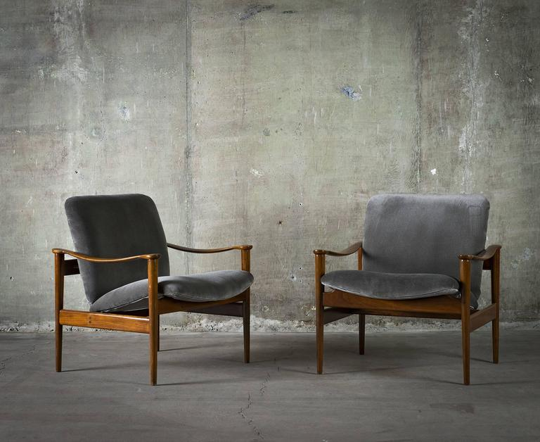 Fredrik Kayser Pair of Easy Chairs in Mahogany and Suede, 1950s In Good Condition For Sale In Los Angeles, CA