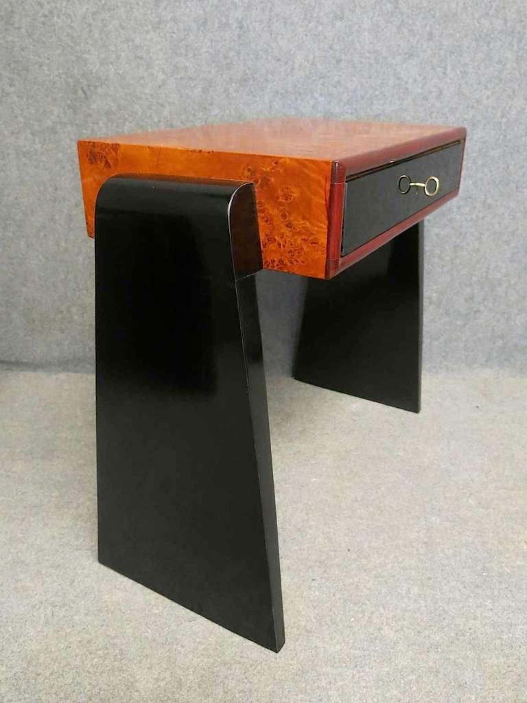 Pair of nightstands, with veneer wood top of poplar burl, drawer with front in black glass, two large black lacquered legs allow the support of the bedside table on the ground. Their shape is very particular, to note the leg that starts from the