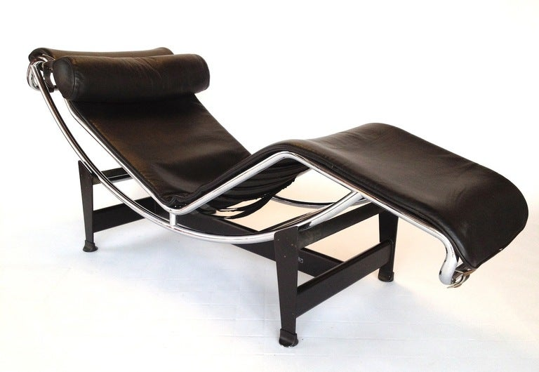 Vintage cassina lc4 black leather chaise longue by le for Black leather chaise longue