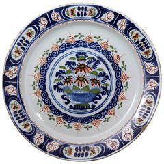 English Delftware Charger Decoarted in Polychrome, Early 18th Century